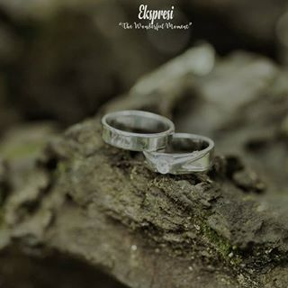 wedding rings worn on left or right hand